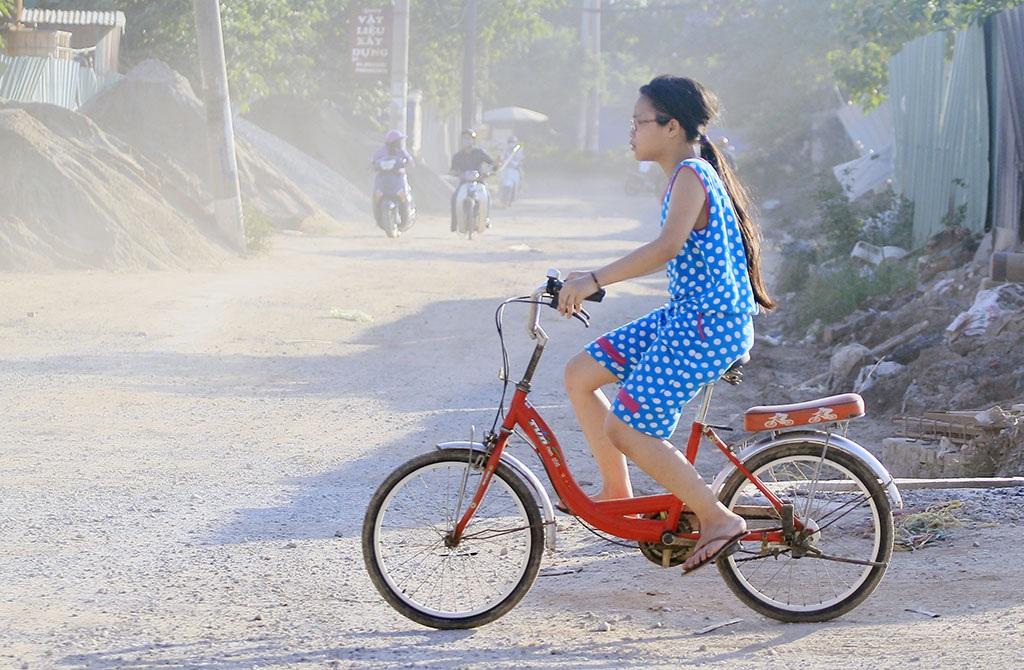 Không chỉ làm khổ người tham gia giao thông, tình trạng bụi bẩn nghiêm trọng còn ảnh hương nghiêm trọng tới cuộc sống người dân hai bên đường.