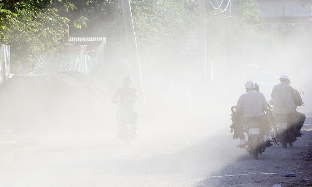 Đoạn ngõ 168 đường Kim Giang (Hoàng Mai, Hà Nội) hàng ngày có khá đông phương tiện giao thông qua lại, nhiều năm nay trong tình trạng bụi bẩn nghiêm trọng.