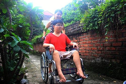 Thương em không có đôi chân lành lặn như bao người, Xuân gạt bỏ cả ước mơ của mình để giúp em có thể được đến trường.
