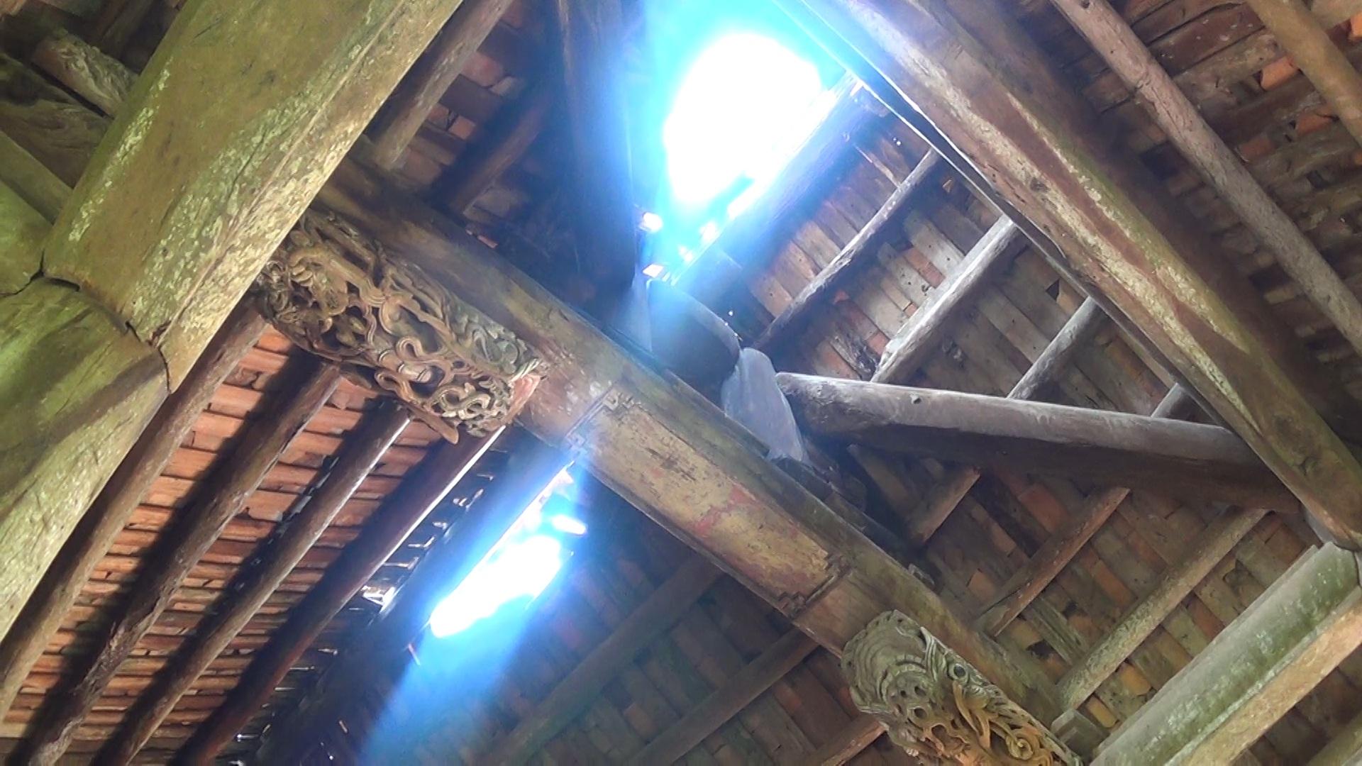 Tuy nhiên, đến nay, mái ngói của đình Đình Chu đã bị xô lệch rất nhiều, phần nóc bị hở sáng. Nhiều chỗ ngói xô sạt lại thành đống. Mỗi lần trời mưa, nước mưa xối thẳng vào bên trong hệ thống dui, mè, xà gồ và các cấu kiện gỗ, dẫn đến mái bị võng, mục nát, xô lệch có thể rơi xuống bất cứ lúc nào.