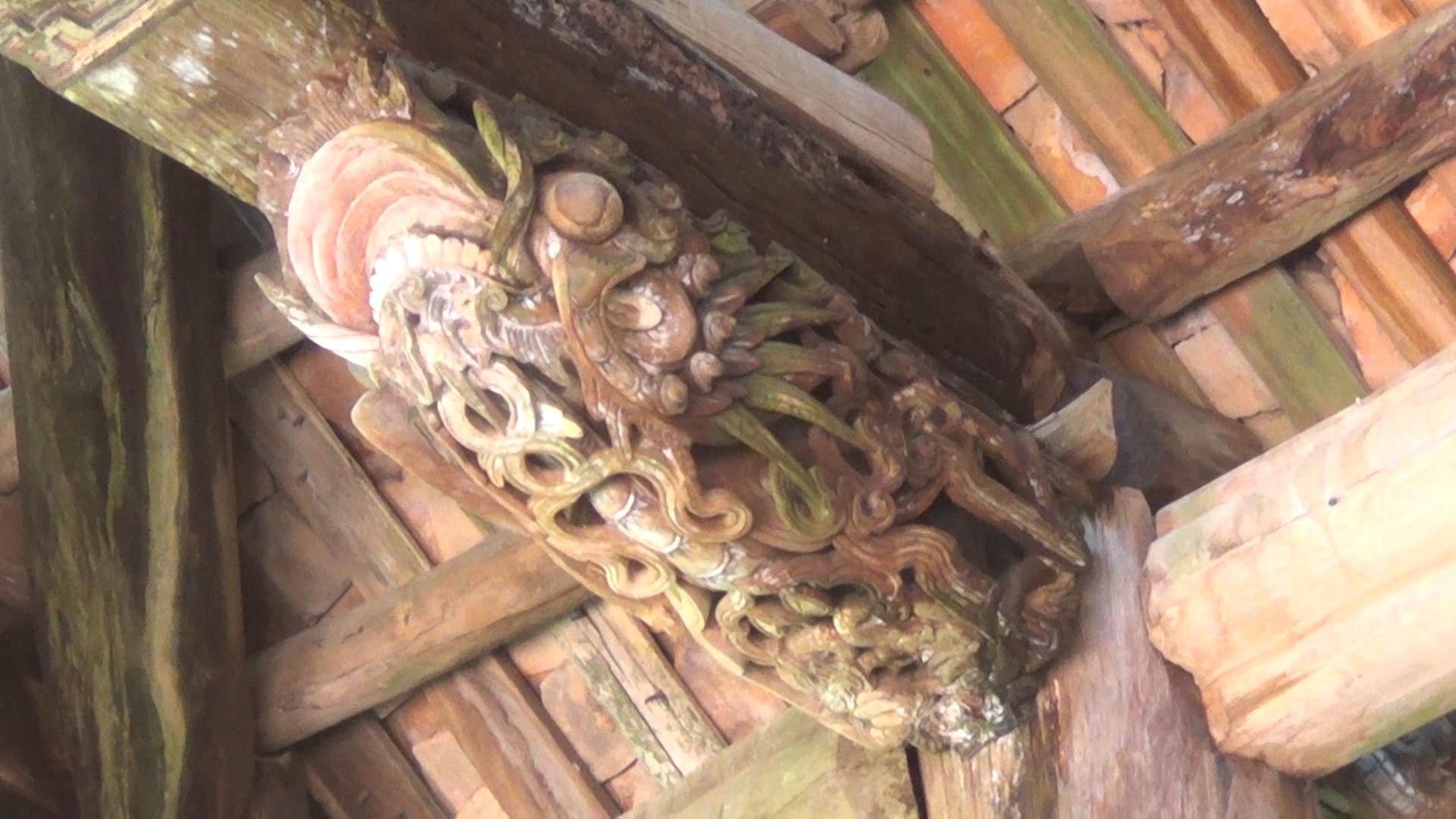 Đình Đình Chu là công trình kiến trúc cầu kỳ, chứa đựng nhiều chi tiết dậm dấu ấn lịch sử. Trong đình còn một số mảng điêu khắc cổ thời Nguyễn.