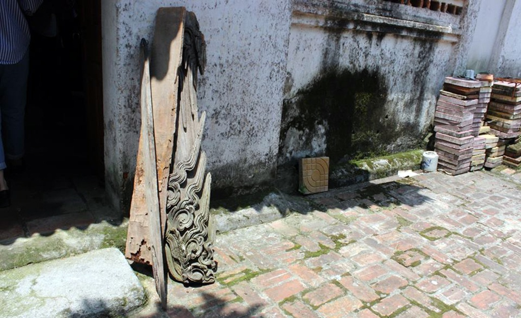 Một mảng chạm của đình Đình Chu bị rơi.