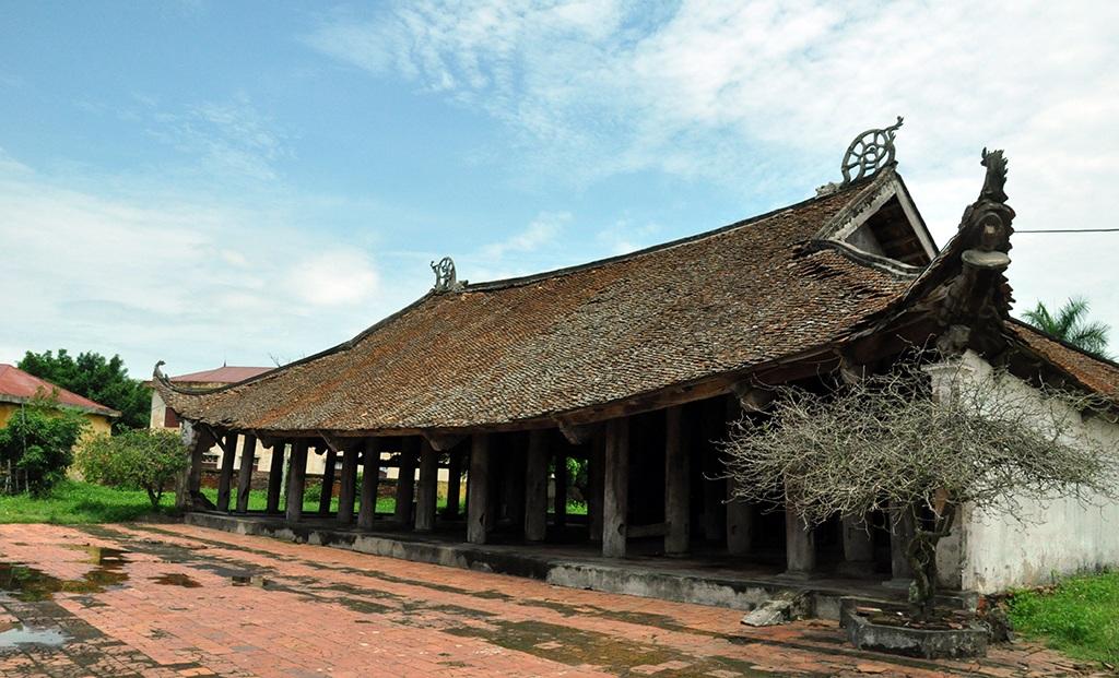 """Đình Đình Chu được xây dựng vào triều Nguyễn 1803. Di tích này có kiến trúc kiểu chữ đinh """"J"""" gồm 2 tòa: Đại đình gồm 5 gian 2 dĩ. Tòa hậu cung kiến trúc kiểu 2 tầng 8 mái."""
