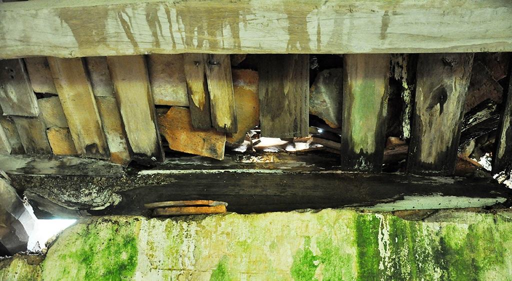 Các góc tường của di tích Đình Đình Chu đều phải che chắn tạm bợ.