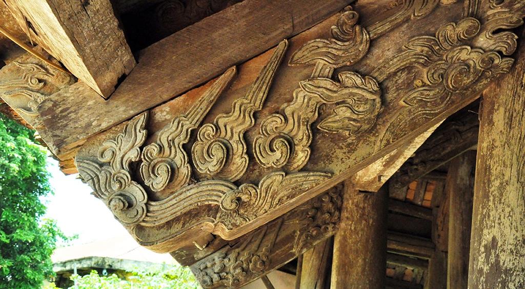 Một số mảng chạm cổ có từ thế kỷ XVIII rất đẹp tại đình Đình Chu đến nay vẫn còn khá nguyên vẹn.