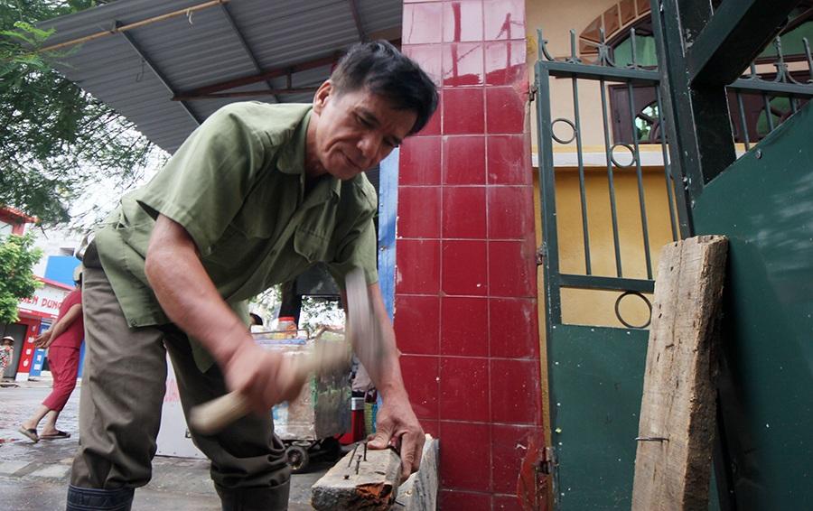 Người dân Đồ Sơn đang tận dụng thời gian triệt để để chống cơn bão số 3 được cho sẽ kéo theo mưa rất to và gió mạnh.