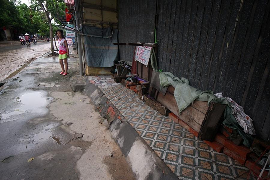 Đường phố quanh Đồ Sơn cũng chỉ lác đác người đi lại. Các cửa hàng cũng chèn kín cửa để chống nước.