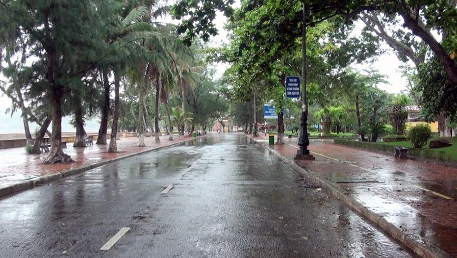 Sáng nay 19/8, vài giờ trước khi bão số 3 dự kiến đổ bộ, bờ biển Đồ Sơn vắng lặng. Các cửa hàng dịch vụ đều đã đóng cửa, trong khi con đường dọc bờ biển gần như không có người qua lại.