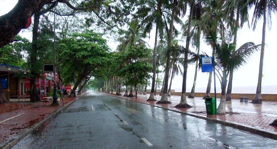 Bờ biển Đồ Sơn nín thở chờ bão đổ bộ.