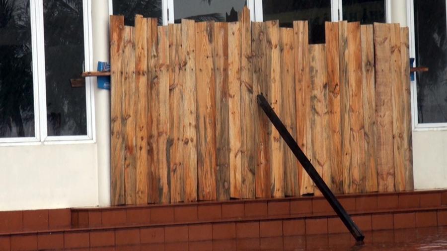 Trước dự báo sức gió mạnh của cơn bão số 3, nhiều nhà hàng đã dùng gỗ chèn kín cửa.
