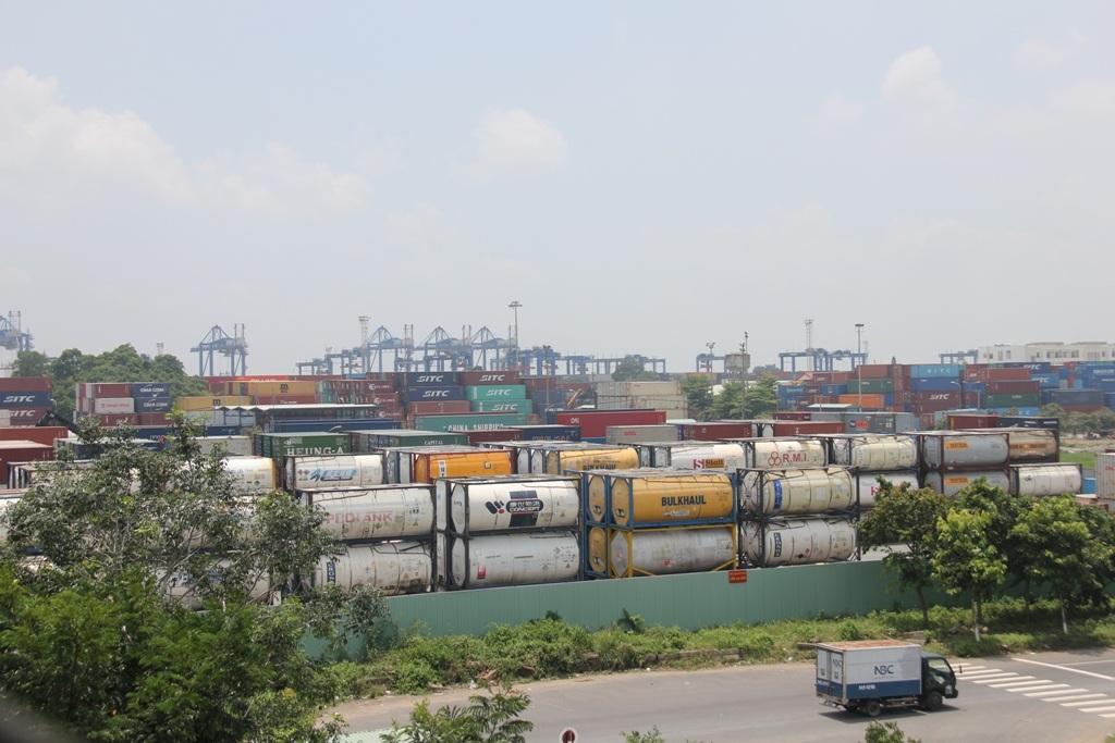 Khu chứa hóa chất của cảng Cát Lái nằm gần khu dân cư, trường học (ảnh Đ.L)