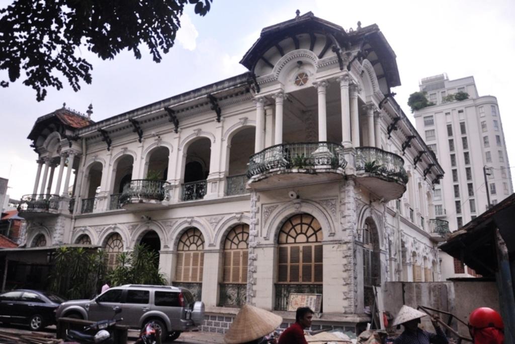 Căn biệt thự cổ này cao 2 tầng, tọa lạc trên khu đất rộng gần 2.900 m2; thuộc loại nhà ở cấp 2, 3; tường gạch; thời gian sử dụng đất lâu dài. Kiến trúc của căn nhà được thiết kế theo phong cách biệt thự Pháp cổ