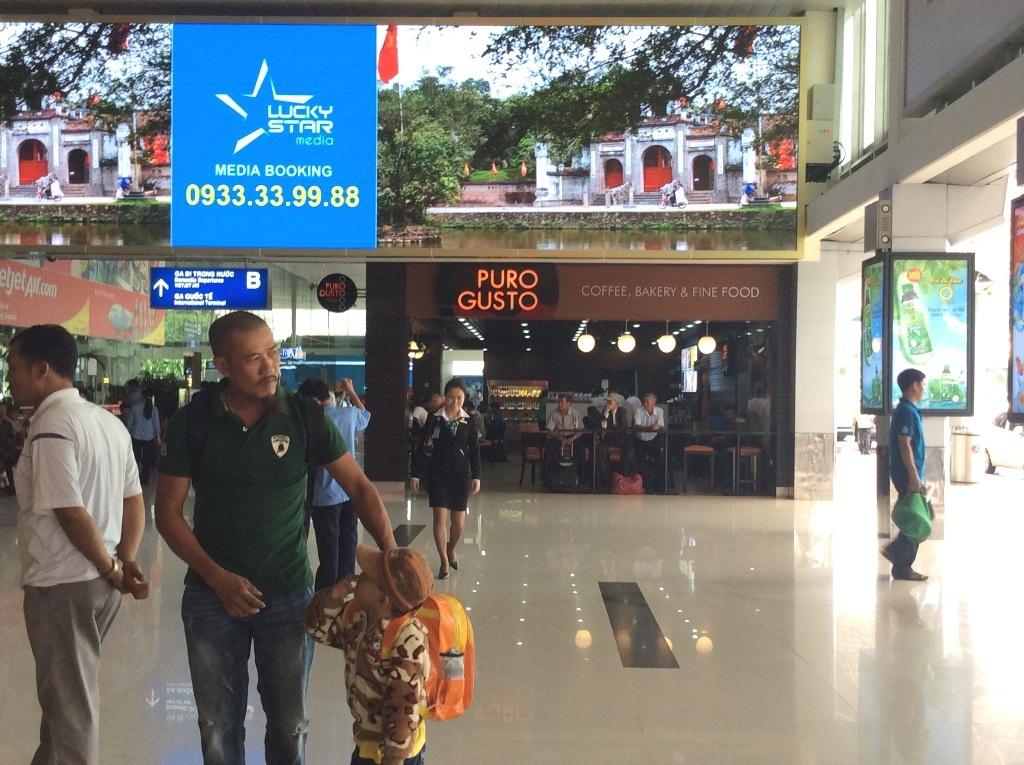 Khu vực trước sảnh sân bay Tân Sơn Nhất có một vài quán cà phê, cửa hàng đồ ăn nhanh, nhà hàng