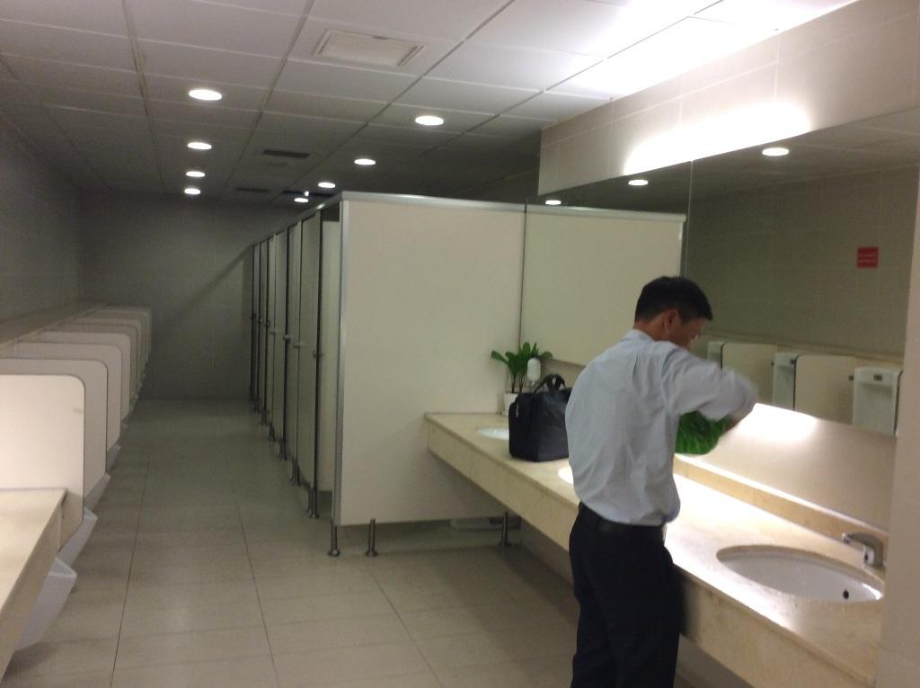 Trong thời điểm vắng khách, nhà vệ sinh khô ráo, sạch sẽ. Tuy nhiên đánh giá cảm quan là chưa đẹp để tương xứng với một Cảng hàng không quốc tế.