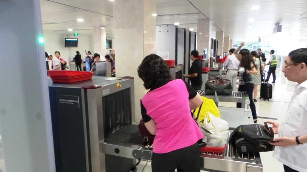 An ninh sân bay kiểm tra hành lý