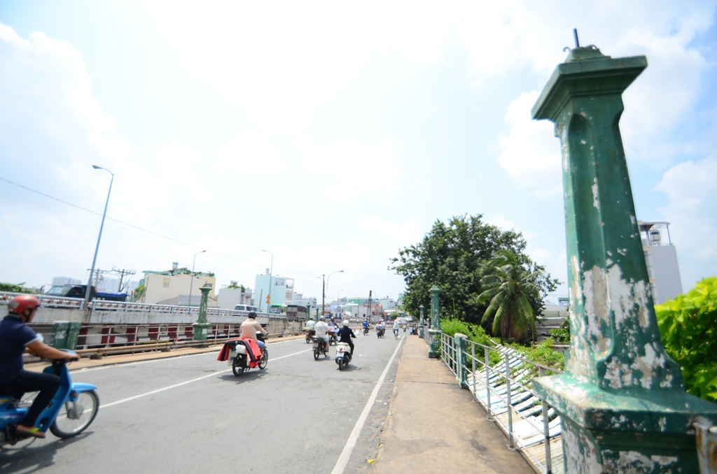 Cầu Nhị Thiên Đường 1 bắc qua kênh Đôi, nối vùng Chợ Lớn với các tỉnh miền Tây