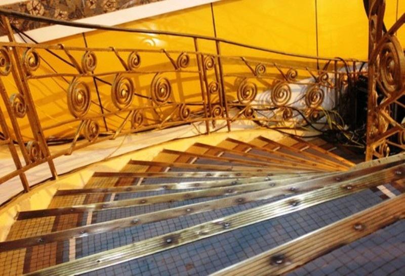 Cầu thang tại khu vực sảnh chính là là điểm nhấn của Thương xá Tax với kiến trúc độc đáo và sẽ được tích hợp trong công trình mới