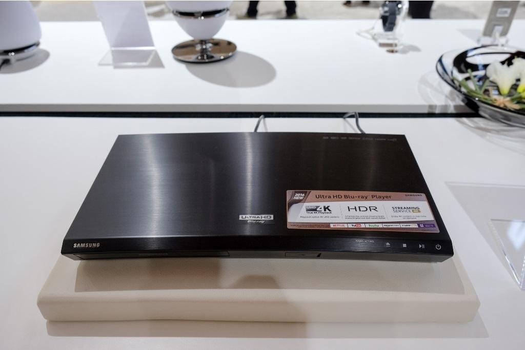 Đầu phát Ultra Blu-ray còn tăng cường chất lượng hình ảnh gốc từ các đĩa Blu-ray và DVD tiêu chuẩn, và đồng thời cũng vẫn phát được đĩa CD