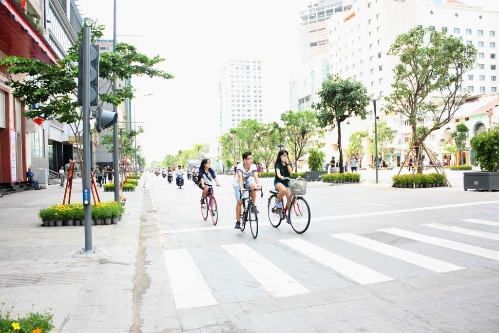 Vỉa hè đường Nguyễn Huệ được lát đá hoa cương khang trang, sạch đẹp, tạo nét mỹ quan đô thị ở trung tâm thành phố