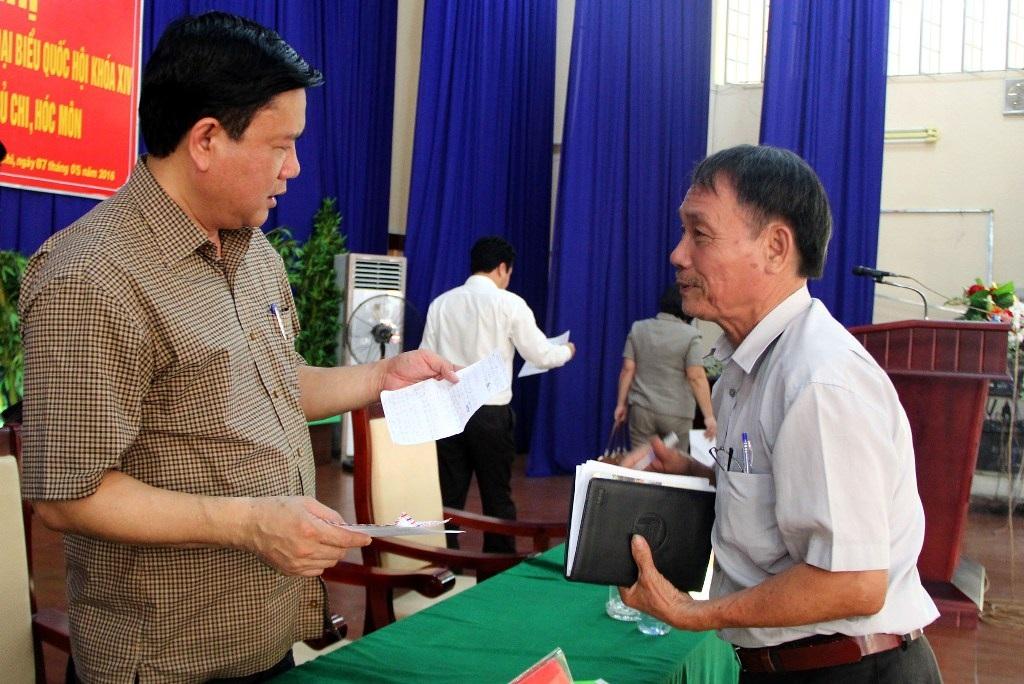 Nhiều cử tri không có thời gian phát biểu nên viết tâm tư vào giấy gửi cho ứng viên đại biểu Quốc hội khóa tới (ảnh Nguyễn Quang)