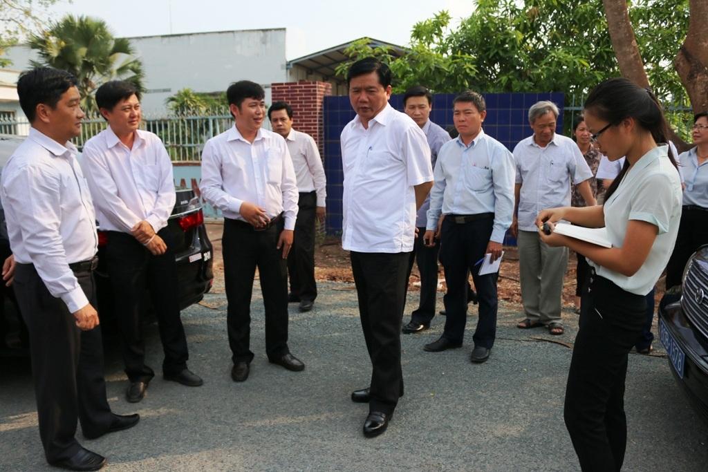 Bí thư Thành ủy Đinh La Thăng đi kiểm tra thực địa sau khi nghe cử tri phản ánh đường mới làm xong đã xuống cấp