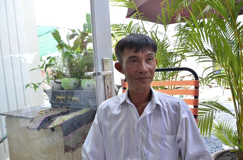 Chủ chòi vịt Nguyễn Văn Bỉ tươi cười sau khi nhận được quyết định đình chỉ bị can