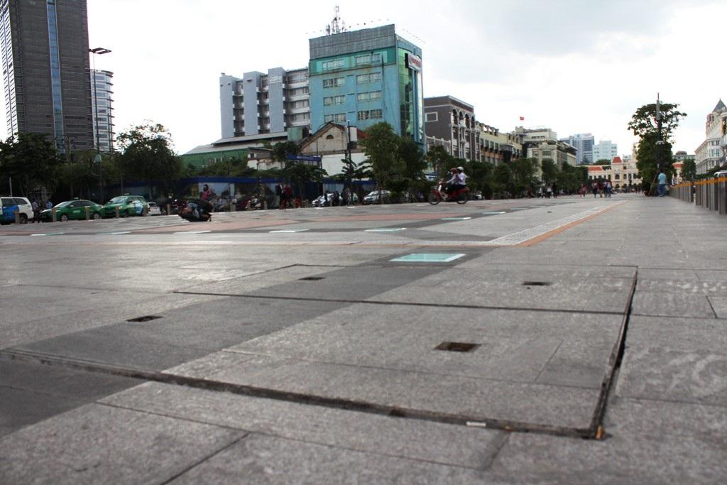 Phố đi bộ Nguyễn Huệ xuống cấp, nhiều vị trí hư hỏng sau 1 năm đưa vào sử dụng