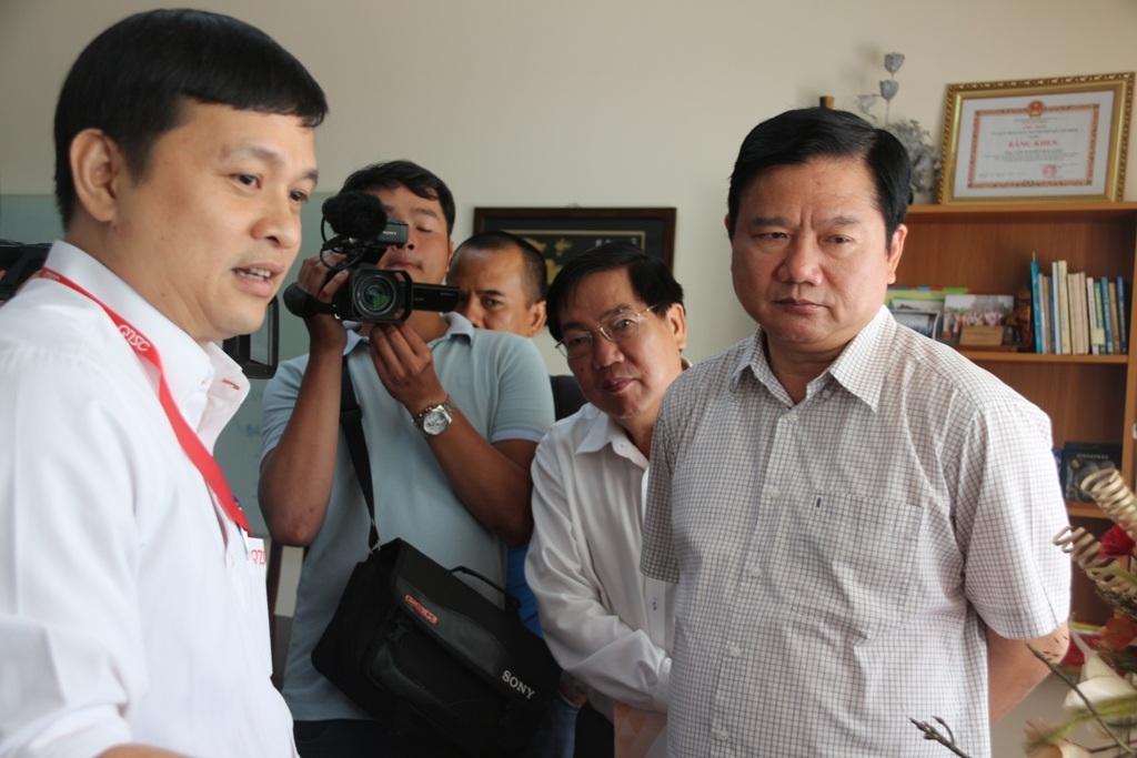 Giám đốc QTSC giới thiệu với Bí thư Đinh La Thăng một sản phẩm công nghệ mới của đơn vị
