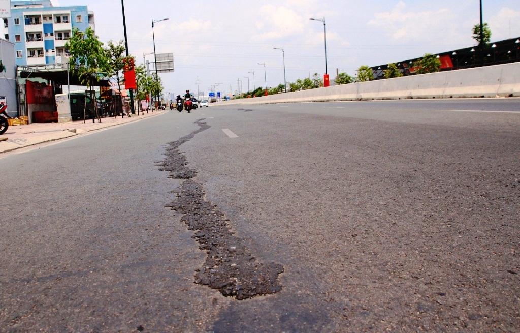 Vết nứt kéo dài cả trăm mét được trám lại nham nhở trên đại lộ Phạm Văn Đồng