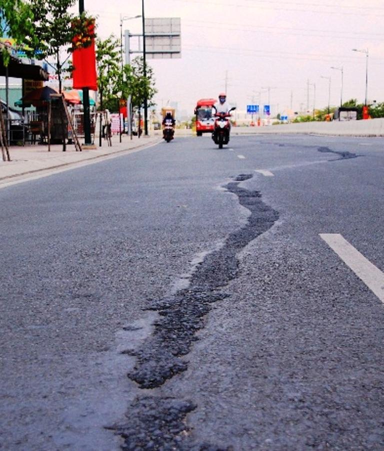 Vết nứt vừa gây mất an toàn cho người tham gia giao thông, vừa làm mất thẩm mỹ của đại lộ đẹp nhất Sài Gòn