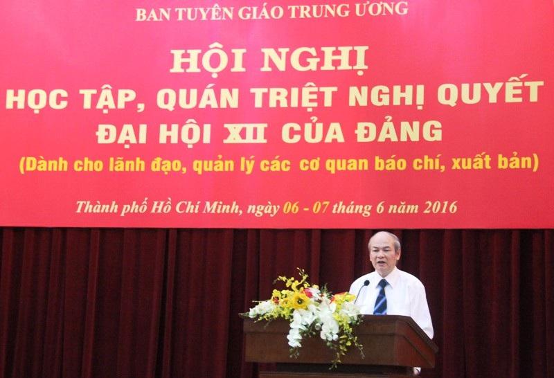 Ông Lê Hữu Nghĩa - Phó Chủ tịch Hội đồng Lý luận Trung ương trình bày chuyên đề tại hội nghị