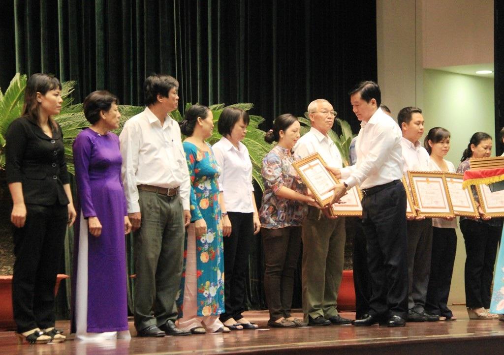 Bí thư Thành ủy TPHCM Đinh La Thăng trao tặng bằng khen cho các tập thể, cá nhân hoàn thành tốt công tác tổ chức bầu cử