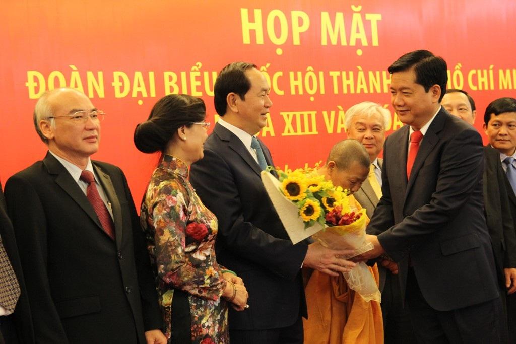 Bí thư Thành ủy Đinh La Thăng tặng hoa cho ĐBQH khóa XIV Trần Đại Quang