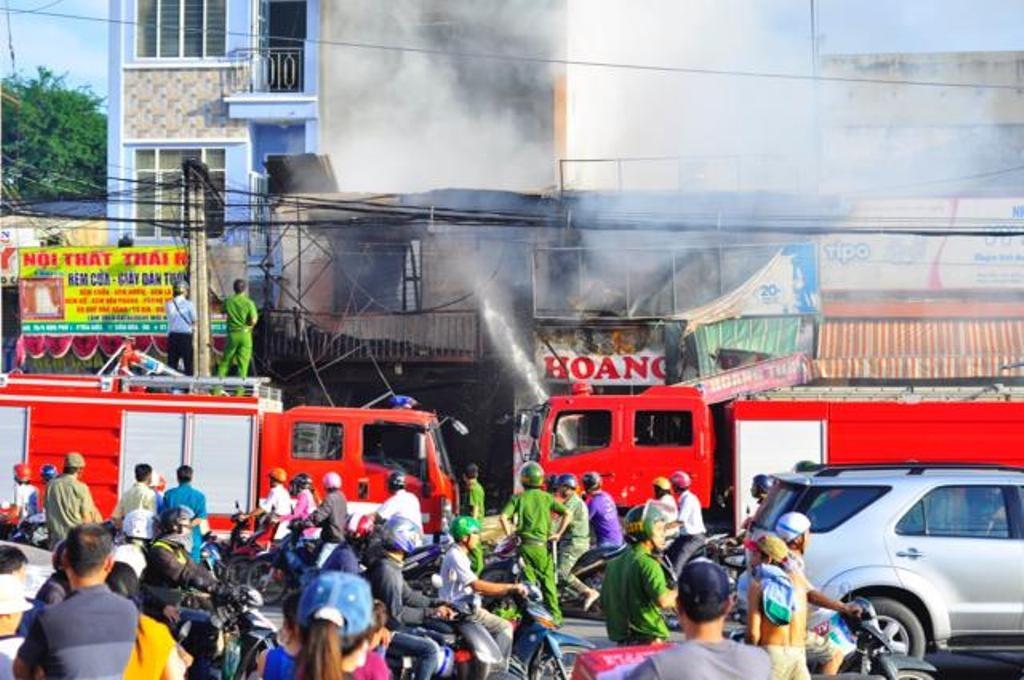 Lực lượng chức năng tham gia dập lửa