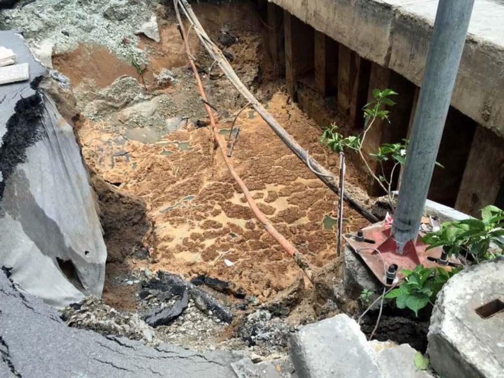 Khu vực bị sụt lún tạo thành hố sâu, phần cáp viễn thông và cáp điện đi ngầm bị lộ ra
