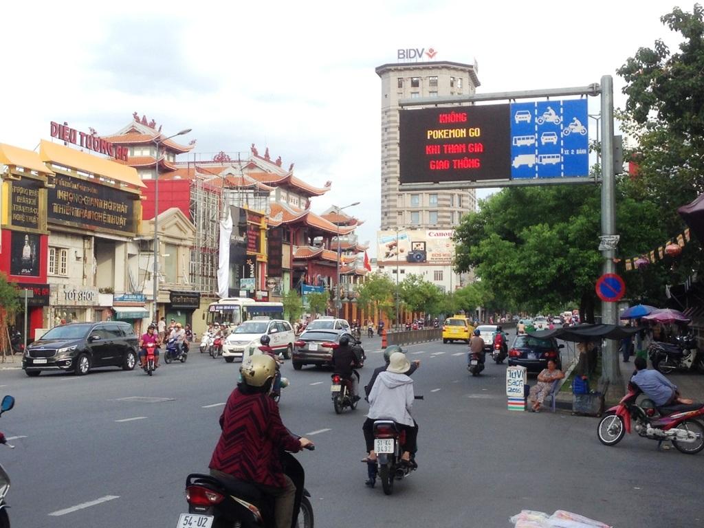 Thông báo hiển thị trong 20 giây được xen kẽ với các thông tin giao thông để nhắc nhở người đi đường