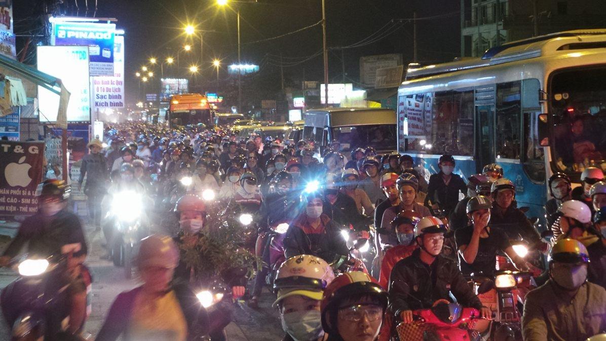 Tại khu vực ngã tư quốc lộ 1A – Hoàng Đạo Thúy – Nguyễn Hữu Trí (huyện Bình Chánh) đã xảy ra cảnh ùn ứ, dòng xe xếp hàng dài gần 1 km đến nút giao Nguyễn Văn Linh – quốc lộ 1A. Nhiều xe máy phải tràn lên vỉa hè di chuyển.
