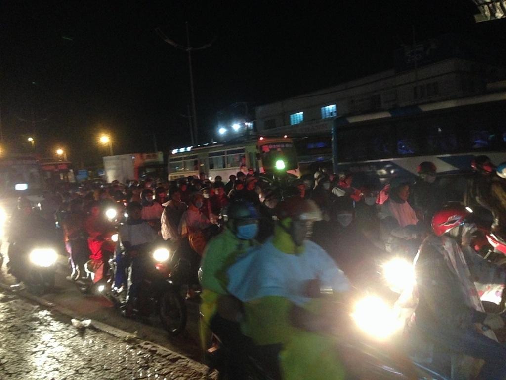 Cơn mưa kéo dài chừng nửa tiếng làm không khí Sài Gòn mát mẻ hơn nhưng khiến hành trình dài trở lại của người dân thêm vất vả.