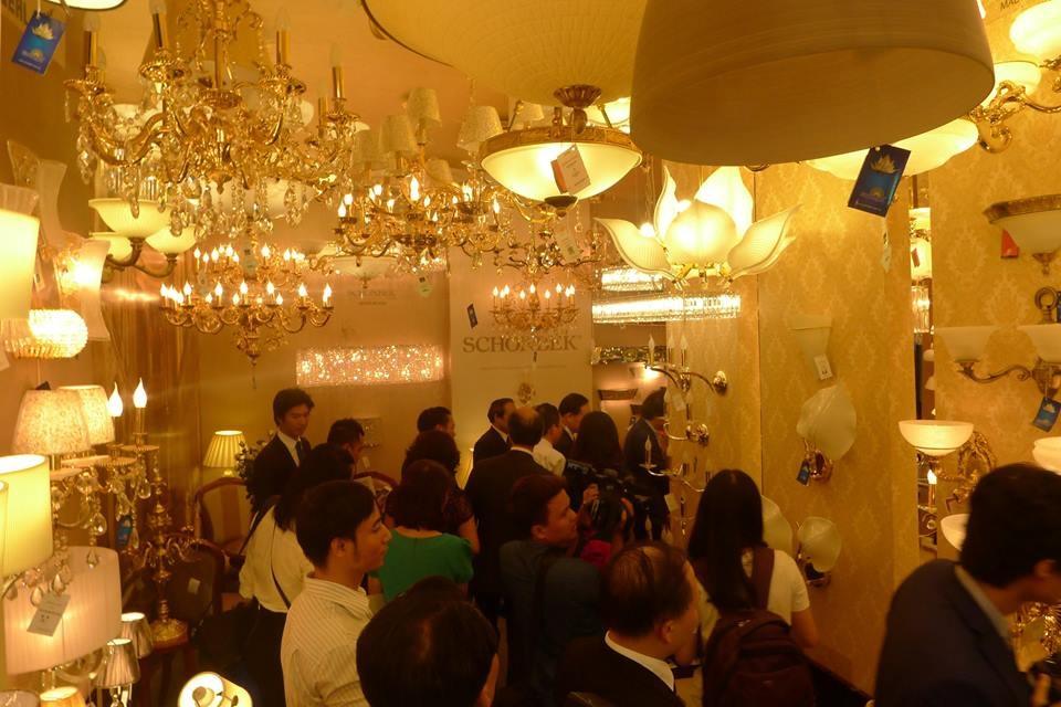Gian hàng đèn chùm với đủ kích thước cũng rất thu hút khách hàng.