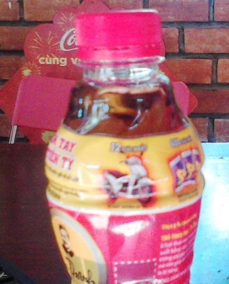 Một chai trà thảo mộc Dr. Thanh được phát hiện có vật lạ tại TP Cà Mau vào ngày 14/12.