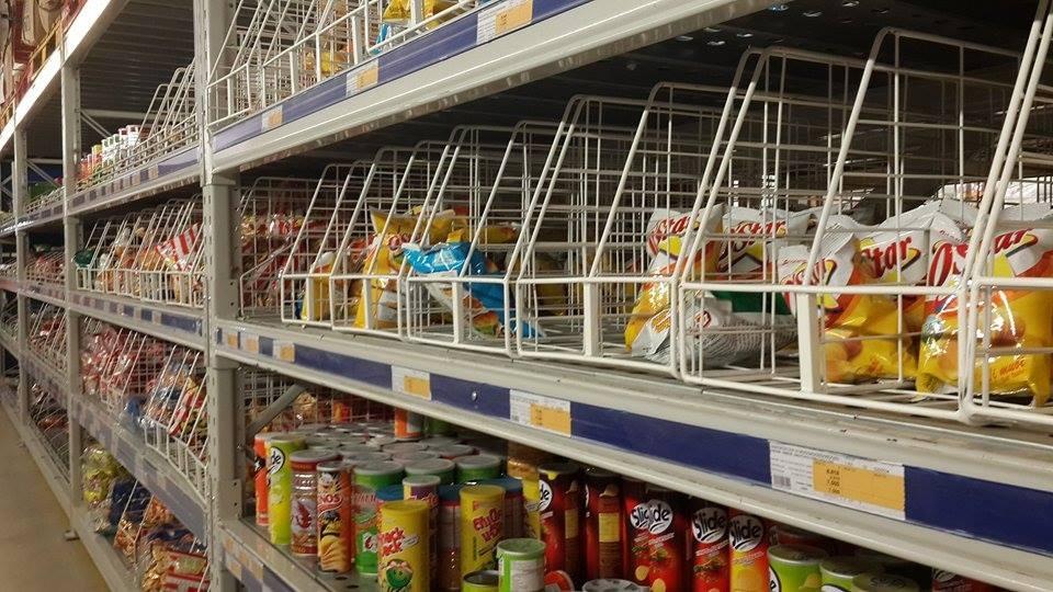 Những gian hàng trống trơn tại một siêu thị lớn vào tối ngày 27 âm lịch.