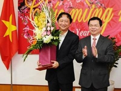 Sau khi lãnh đạo PVC gây thua lỗ lớn, ông Trịnh Xuân Thanh - Chủ tịch PVC đã được luân chuyển về Bộ Công Thương. Trong ảnh, ông Thanh nhận bó hoa chúc mừng của ông Vũ Huy Hoàng khi đó là Bộ trưởng.