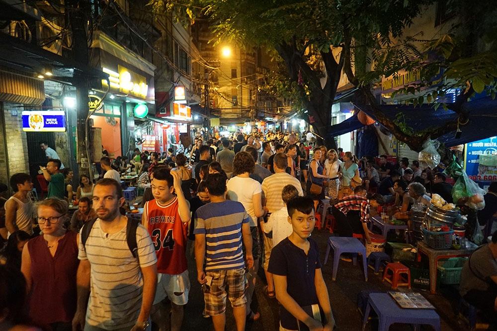 Phố Lương Ngọc Quyến lúc 21h vô cùng đông đúc, là tuyến phố đi bộ trong các buổi tối cuối tuần tạo thành điểm giải trí hấp dẫn với khách du lịch quốc tế.