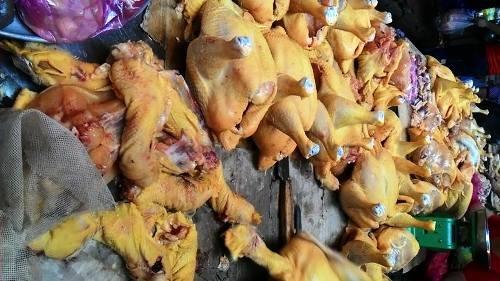 Chất Vàng-ô được trộn trong thức ăn chăn nuôi để tạo màu vàng cho thịt gà trong thời gian vỗ béo gà (Ảnh minh họa)