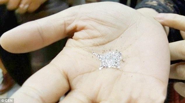 Một người mang đá quý đến hiệu kim hoàn để định giá và được cho biết đây là hàng giả