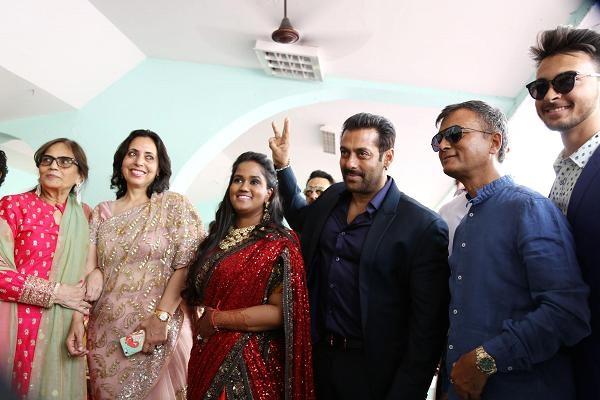 Những đám cưới xa hoa nhất của các sao Ấn Độ - 7