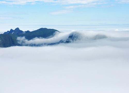 Dòng suối mây trên đinh Fansipan