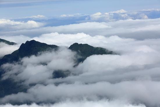 Mây vờn đỉnh núi