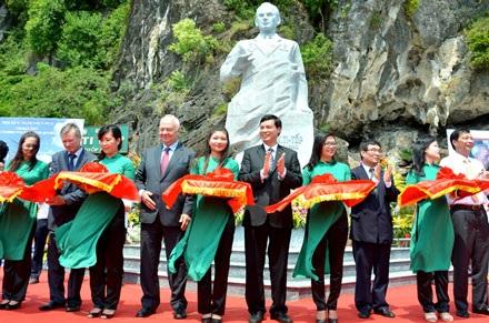 Các đại biểu dự Lễ cắt băng khánh thành tượng đài Anh hùng vũ trụ Ghéc-man Ti-Tốp.