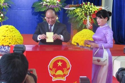 Thủ tướng Nguyễn Xuân Phúc bỏ phiếu tại Hải Phòng (Ảnh: Phạm Hải Sâm)